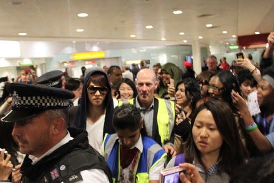 CNBLUE attracts large crowd of fans at London's Heathrow airport