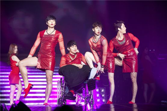 2AM transforms into femme fatals in Seoul concert
